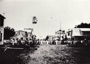 Een menigte bij het huis van Anton de Kom in de Pontewerfstraat, Paramaribo, Suriname, 1933. Familiearchief Els de Kom