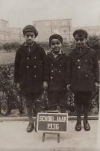 De zoons van Anton de Kom in jasjes die aan werklozen werden uitgedeeld, 1936. Familiearchief Els de Kom