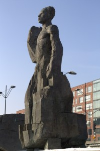 Standbeeld De Kom in de Bijlmer. Foto gemaakt door Laura van Rij